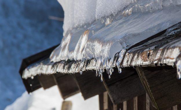 udrzba-strecha-zima-zhadzovanie-sneh
